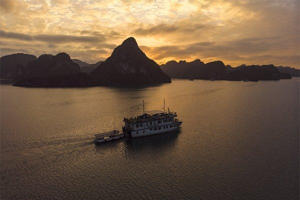 Ha-Long-Bay-Boat-HDR